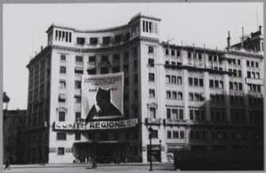 Vista de la casa de la CNT-FAI en Barcelona ( Casa Cambó, Comité Regional de Cataluña) en el II Aniversario de la muerte de Durruti (1937)