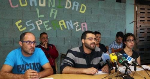 En el centro de la imagen el portavoz de la FAGC, Ruymán Rodríguez, junto a miembros de la Comunidad de La Esperanza/ EFE/Elvira Urquijo A.