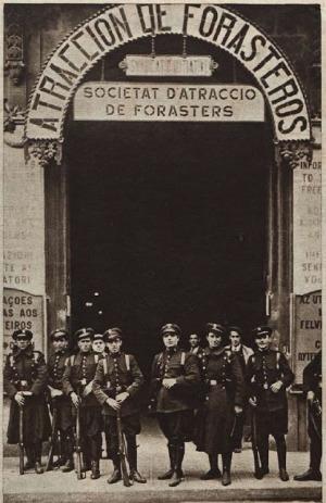 Revista Crónica. Guardias de asalto frente a la entrada del edificio donde se encuentra el Sindicato de la Industria Hotelera.